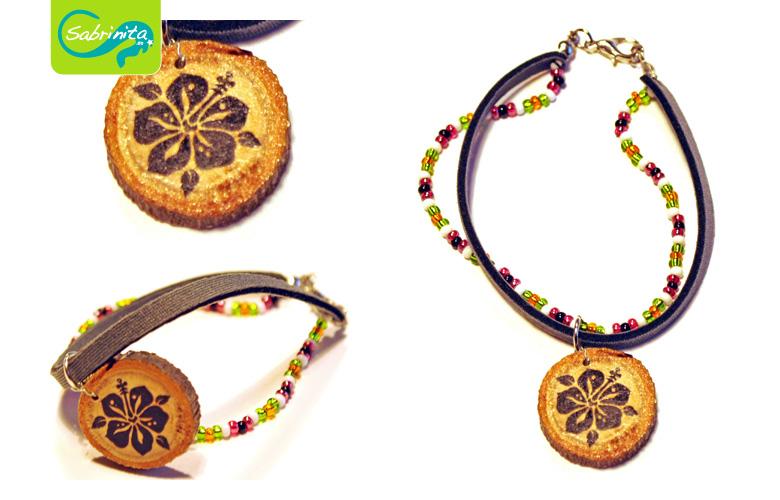 Holzscheibenarmband mit Neopren- und Perlenband Grau – Motiv Hibiskus Schwarz