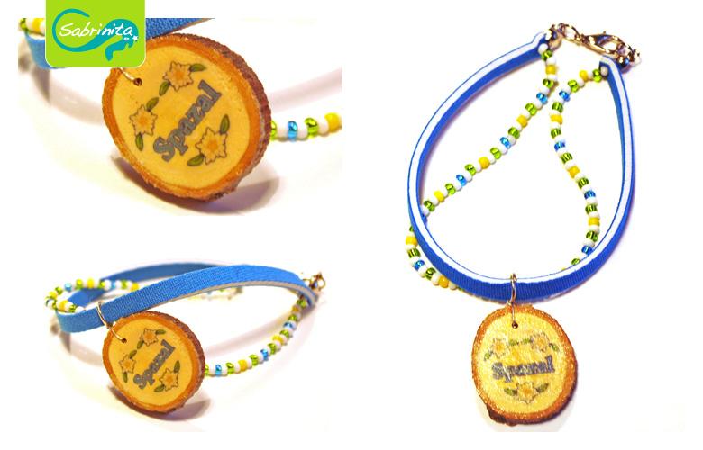 Holzscheibenarmband mit Neopren- und Perlenband Hellblau – Motiv Spazal