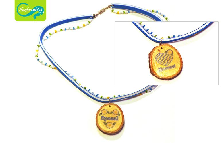 Holzscheibenkette mit Neopren- und Perlenband Hellblau – Motive Spazal, Hoamat