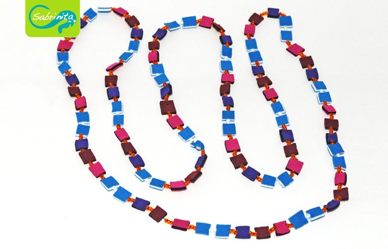 Neoprenkette Lang – Quadrate in Pink, Lila, Blau und Weinrot mit weißen Perlen