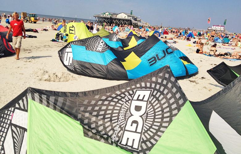 Alle Kites aufgebaut und bereit zum starten – Kiteworldcup St Peter Ording