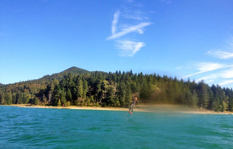 Blick auf den Kitespot Sachenbach vom Wasser aus – Walchensee