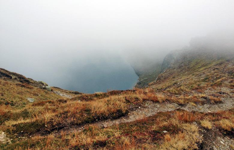 Blick auf den Wildsee im Nebel – Etappe 17 Panoramaweg Südalpen