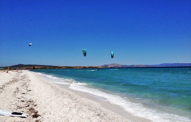 Blick nach links am Kitespot von Stintino auf Sardinien