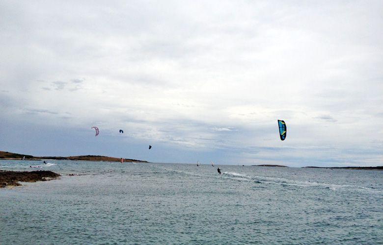 Nordostwind beim Kitesurfen in Premantura, Kroatien