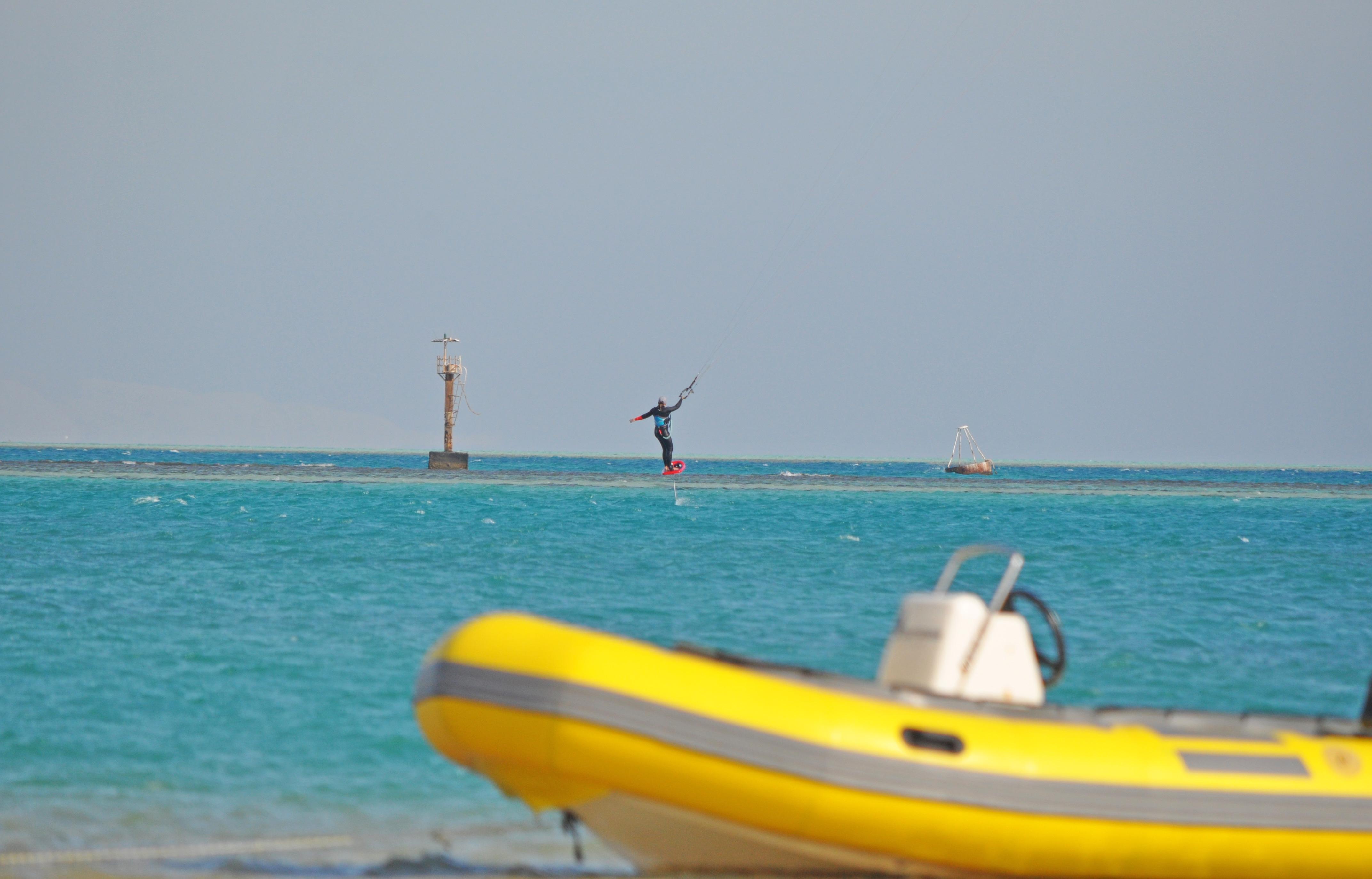 Der Channel zum Foilen, im Vordergrund eins der Rescue Boote von Osmosis - El Gouna, Ägypten
