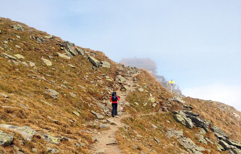Ein erster Blick auf das Schutzhaus Zirbitzkogel – Etappe 17 Panoramaweg Südalpen
