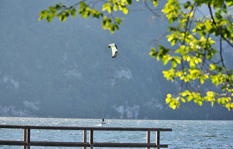 Hydrofoilen beim Morgenwind in Traunkirchen am Traunsee