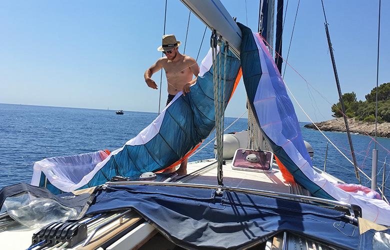 Foilkite trocknen auf dem Segelboot in Kroatien