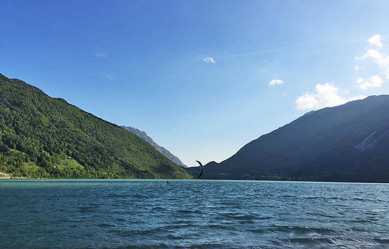 Freitags hat man viel Platz am Lago di Santa Croce zum Kitefoilen
