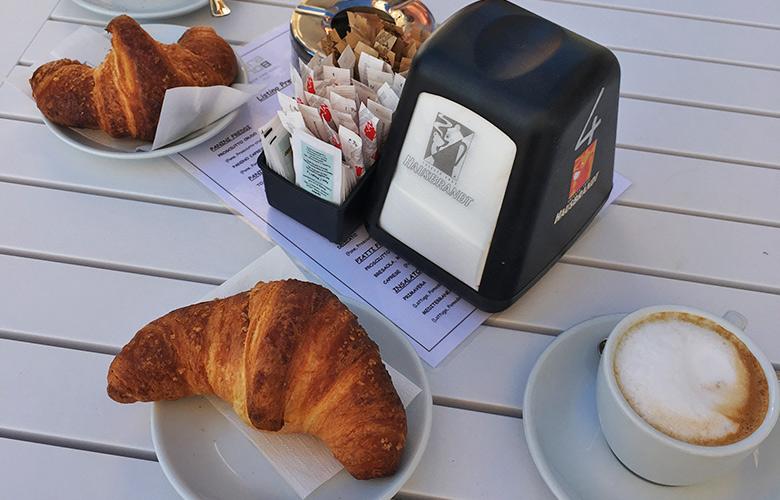 Gutes Frühstück in Grado, Italien am Strand