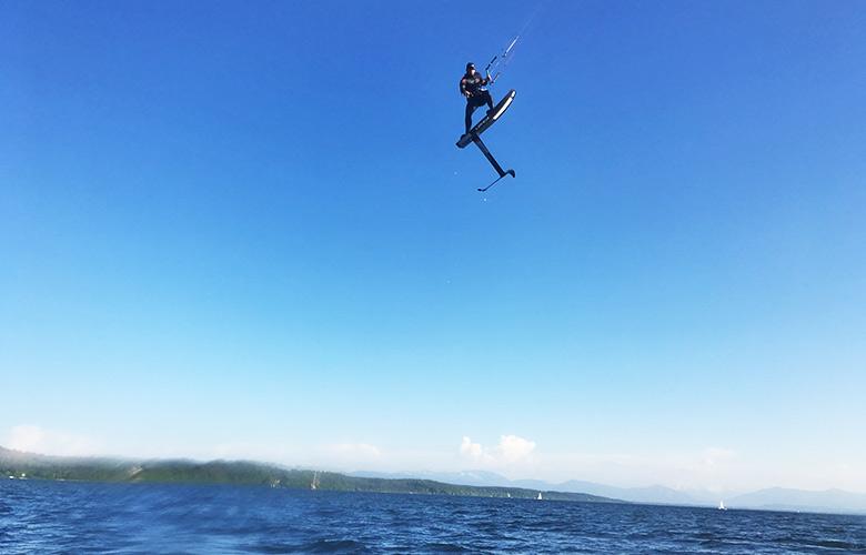 Hoch hinaus beim Kitefoiling in Feldafing, Starnberger See