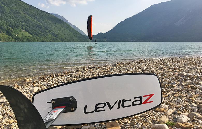 Leichtwind Kitefoiling am Lago di Santa Croce in den Sonnenuntergang