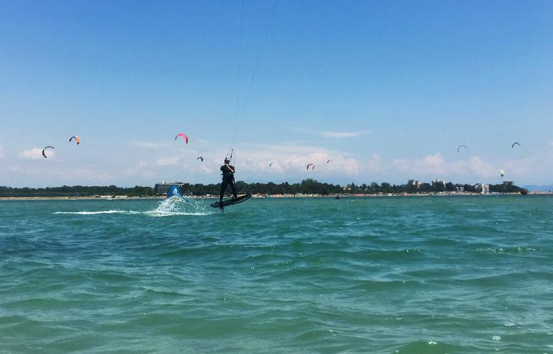 Hydrofoilen mit Blick auf die Sandinsel in Grado, Italien