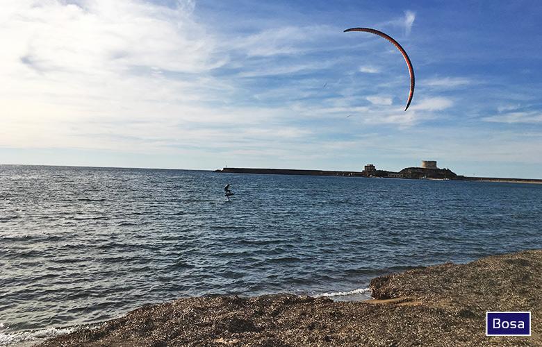 Hydrofoilen am Kitespot Bosa auf Sardinien