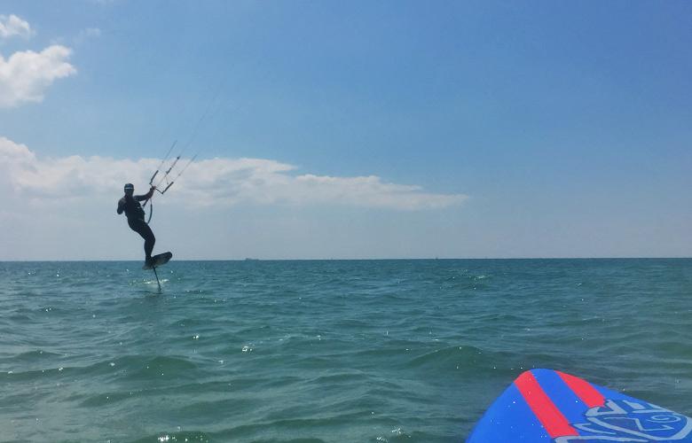 Hydrofoilen bei der Sandinsel in Grado, Italien