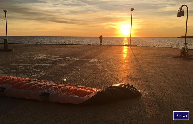 Kite trocknen auf der Promenade in Bosa, Sardinien