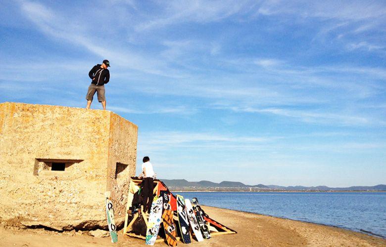 Kiteboardlager und alter Schiesstrum in Porto Botte
