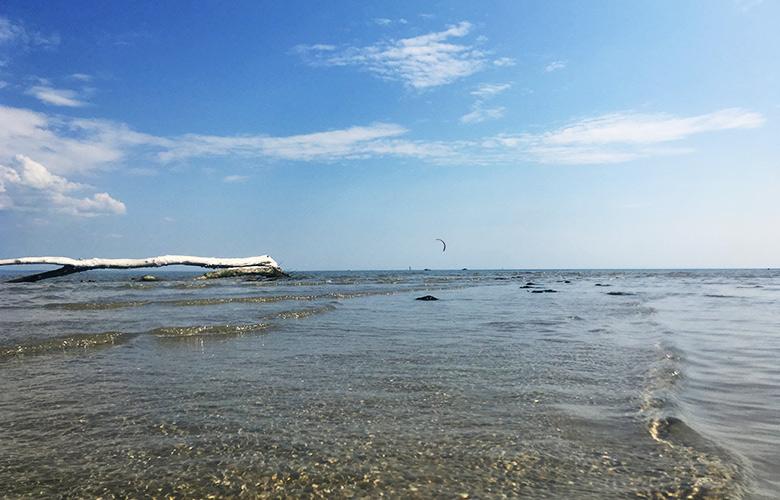 Kitefoiling bei Leichtwind bei der Sandinsel in Grado, Italien
