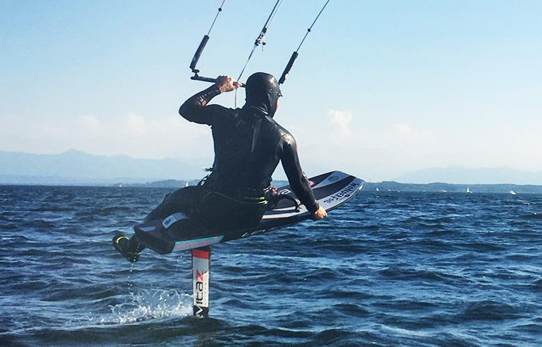 Sitzen beim Kitefoilen in Feldafing, Starnberger See