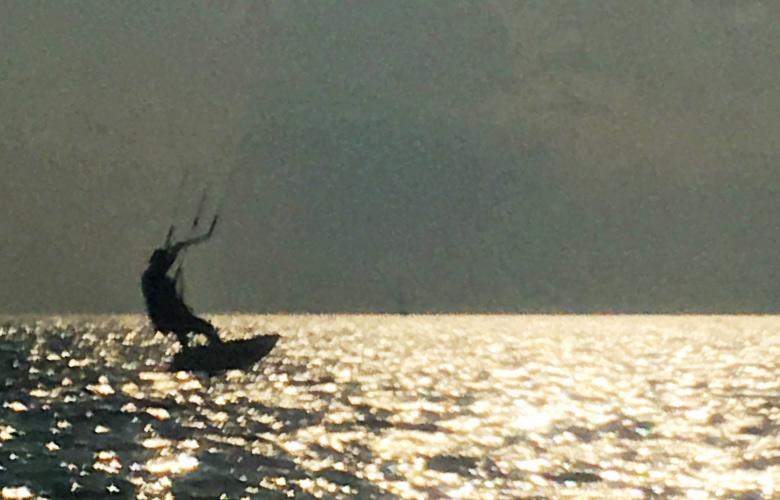 Kitefoiling bei Sonnenuntergang, Sandinsel in Grado, Italien