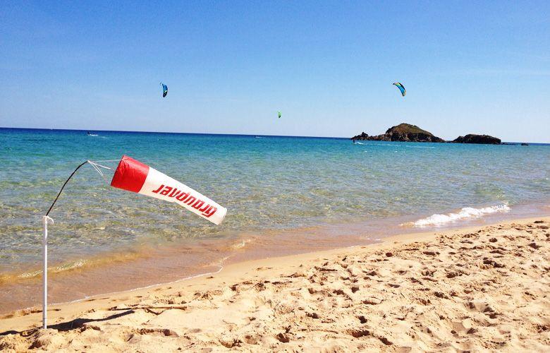 Chia Kitespot auf Sardinien, Blick auf die Isola Su Giudeu