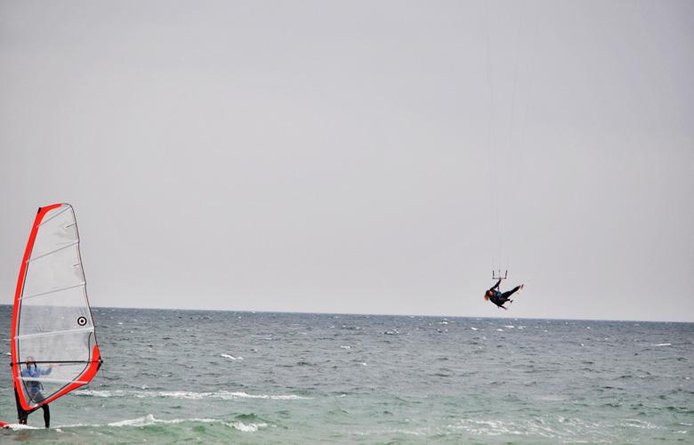 Super Kitesession am Püttsee Strand auf Fehmarn, Grap hinterm Windsurfer