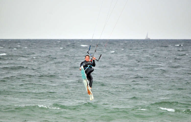Super Kitesession am Püttsee Strand auf Fehmarn, Transitionjump mit Grap