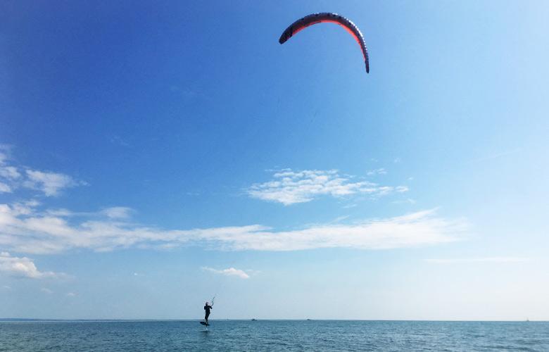 Leichtwind Kitefoiling bei der Sandinsel in Grado, Italien