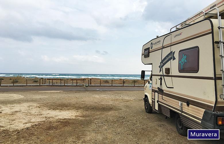 Parkplatz direkt am Muravera Kitespot, Sardinien
