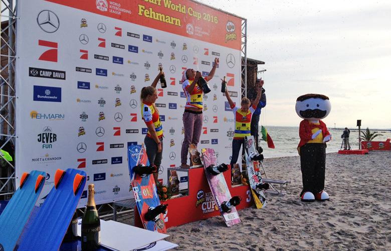Die Siegerehrung der Freestyle Mädls beim Kitesurfworldcup auf Fehmarn 2016