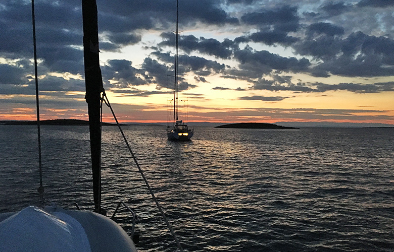 Sonnenaufgang am Segelboot in Kroatien