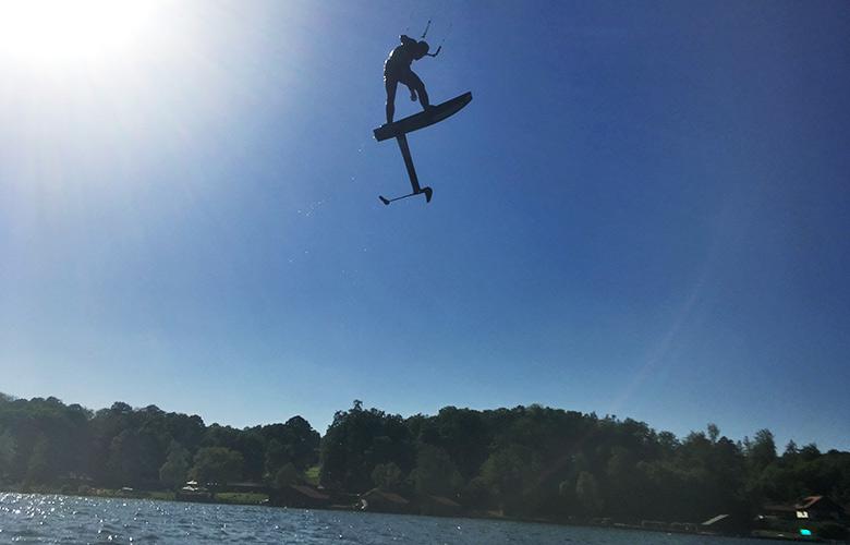 Sprung in die Sonne beim Kitefoilin in Feldafing, Starnberger See