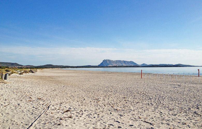 Strand Blick nach Links in San Teodoro la Cinta auf Sardinien