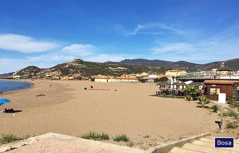 Blick auf den Strand in Bosa, Sardinien