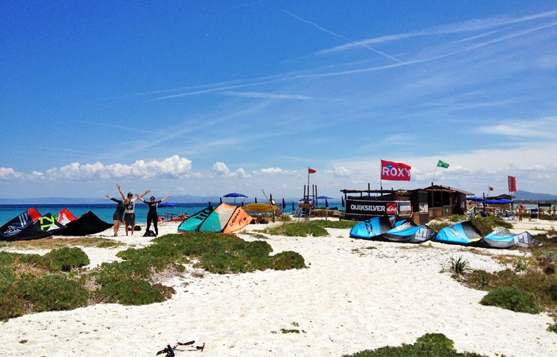 Kitestation am Kitespot von Stintino auf Sardinien