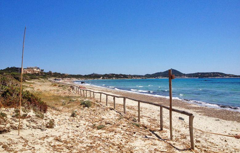 Der Strand Campulongu mit Blick auf den Yachthafen