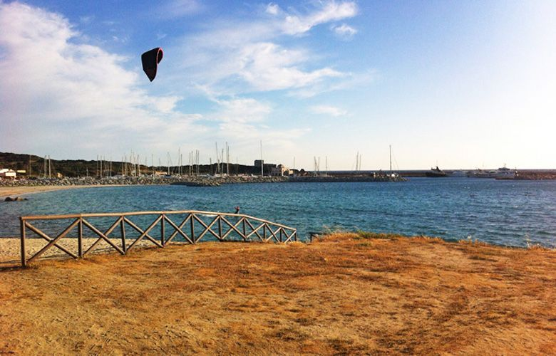 Das Flachwasser hinter der Mole des Yachthafens in Campulongu, Sardinien