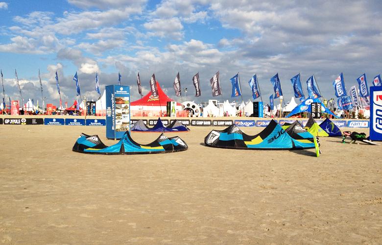 Unsere beiden Kites am Strand von St Peter Ording – Kitesurfworldcup