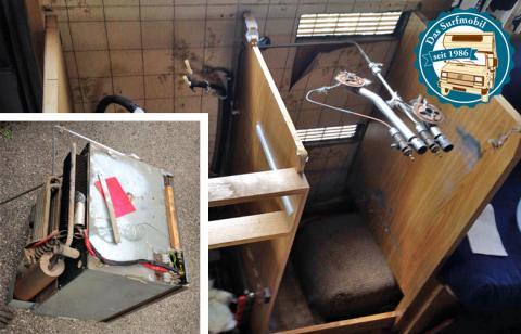 Der alte Kühlschrank wird ausgebaut und entsorgt