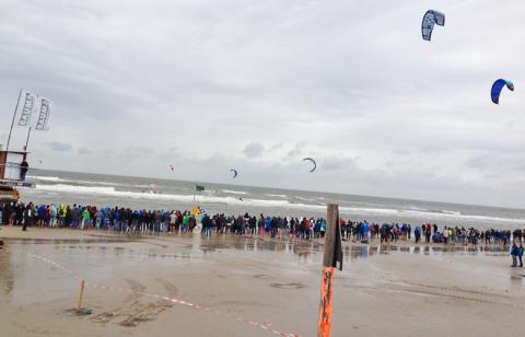 Viertelfinale Heat von Aaron Hadlow und Youri Zoon – Kitesurfworldcup St Peter Ording