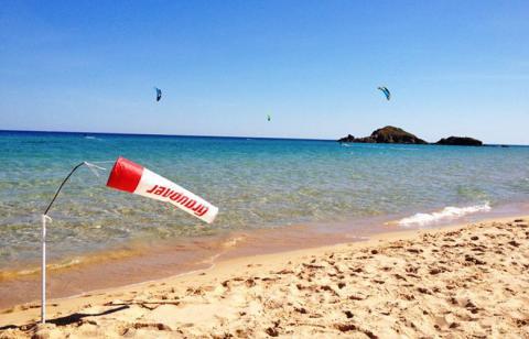 Leichtwindkiten in Chia im türkisblauen Meer, Sardinien